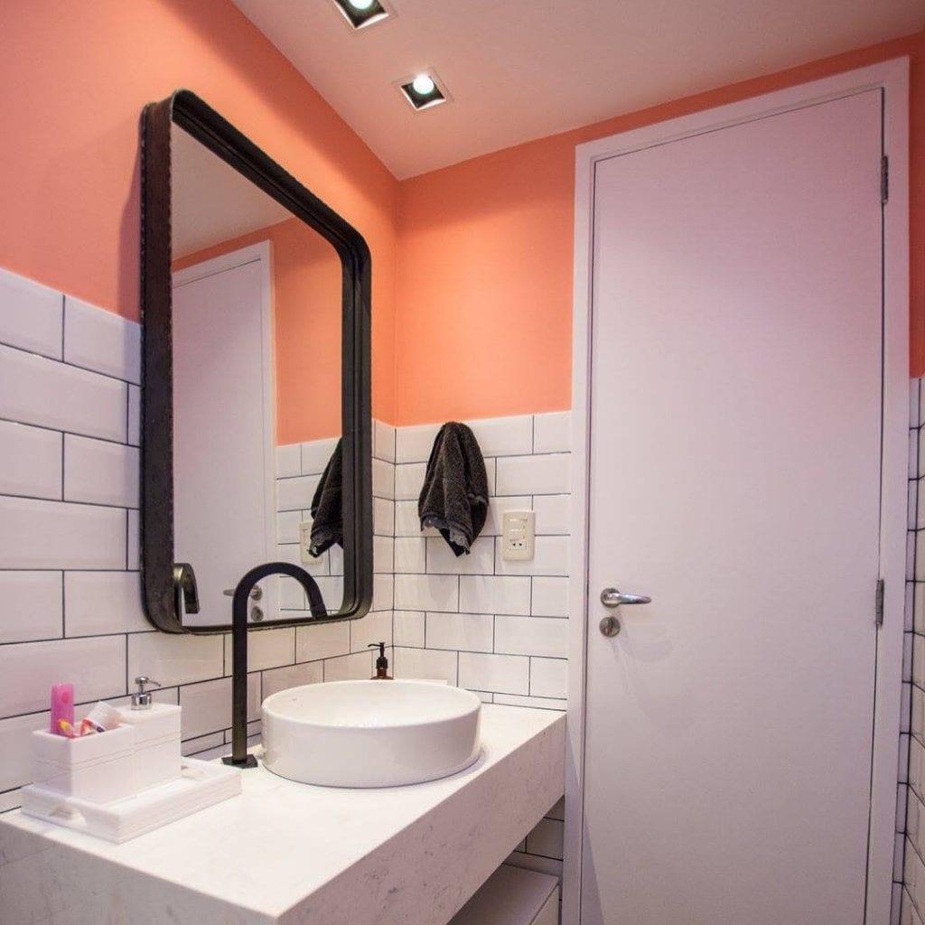 Banheiro feminino moderno com azulejo de tijolinho branco.