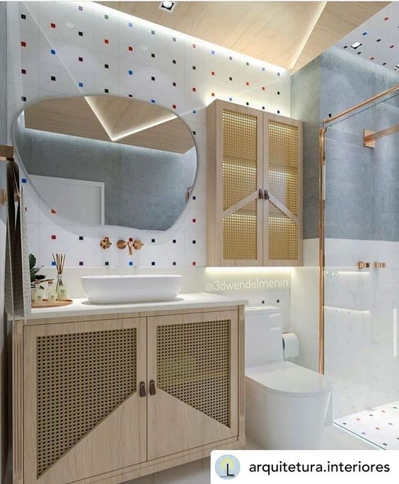 Banheiro feminino moderno com armário de madeira, azulejo decorado e espelho moderno.
