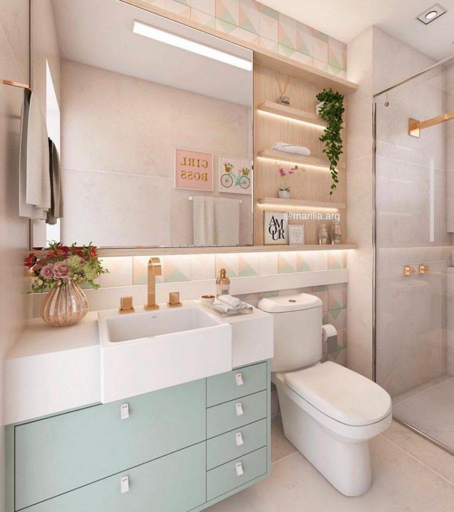 Banheiro feminino com armário azul e prateleira de madeira.