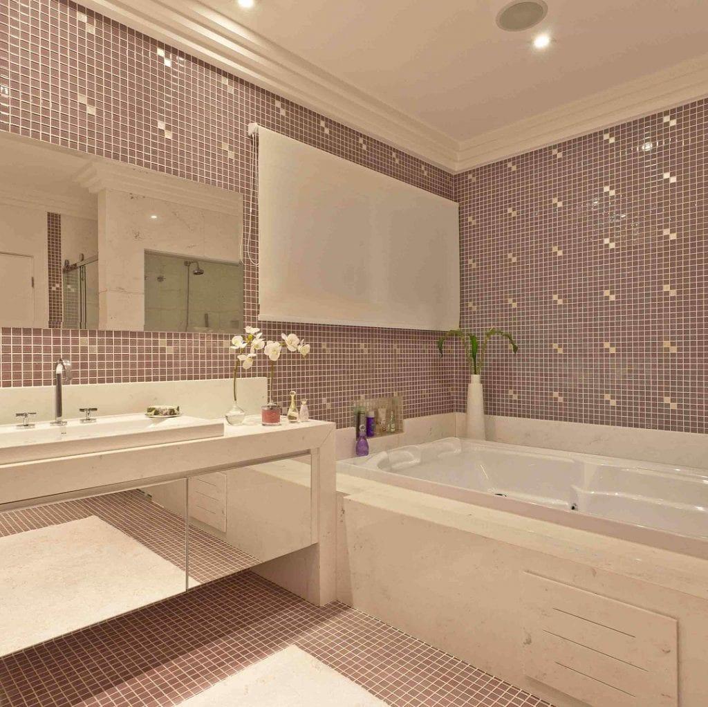 Banheiro feminino com armário espelhado e banheira.