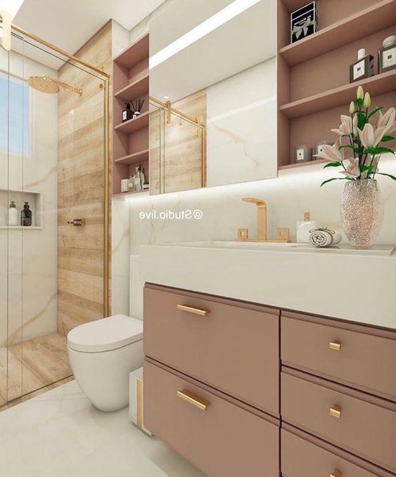Banheiro feminino pequeno simples com armário rosa e prateleira.