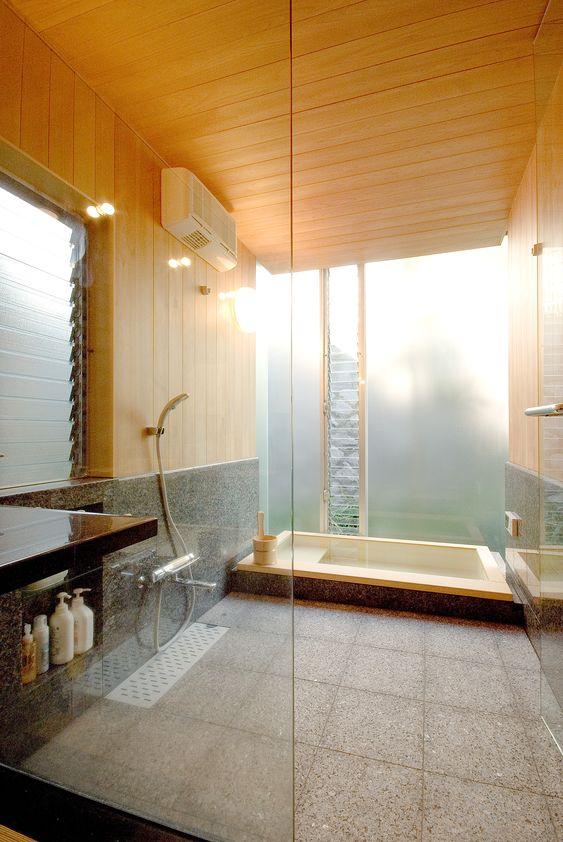 banheira rebaixada com teto de madeira