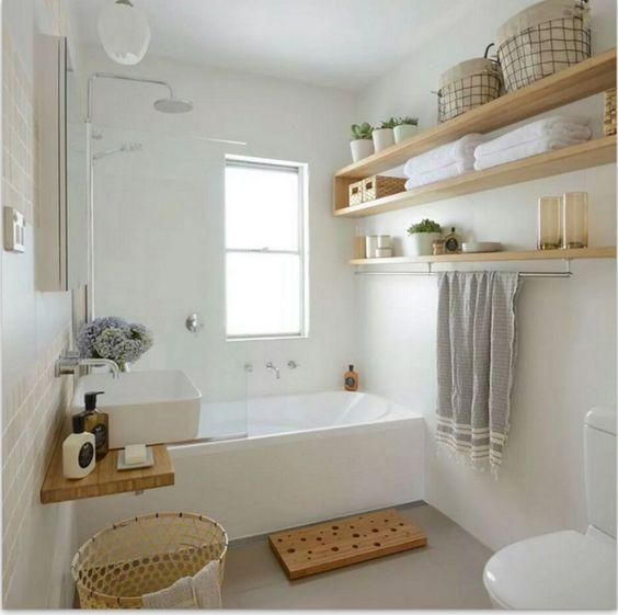 prateleiras de madeira natural com banheira de hidromassagem