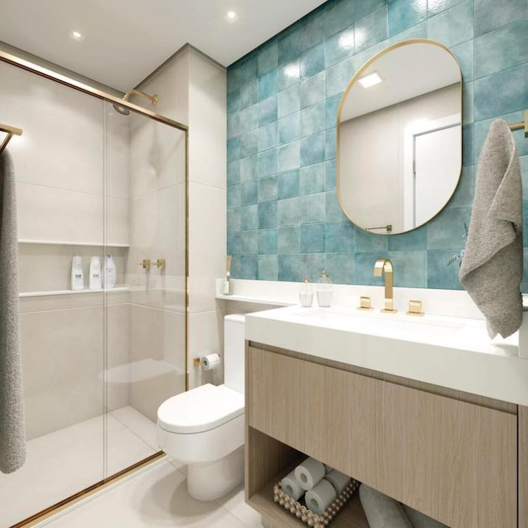 Banheiro pequeno com azulejo azul.