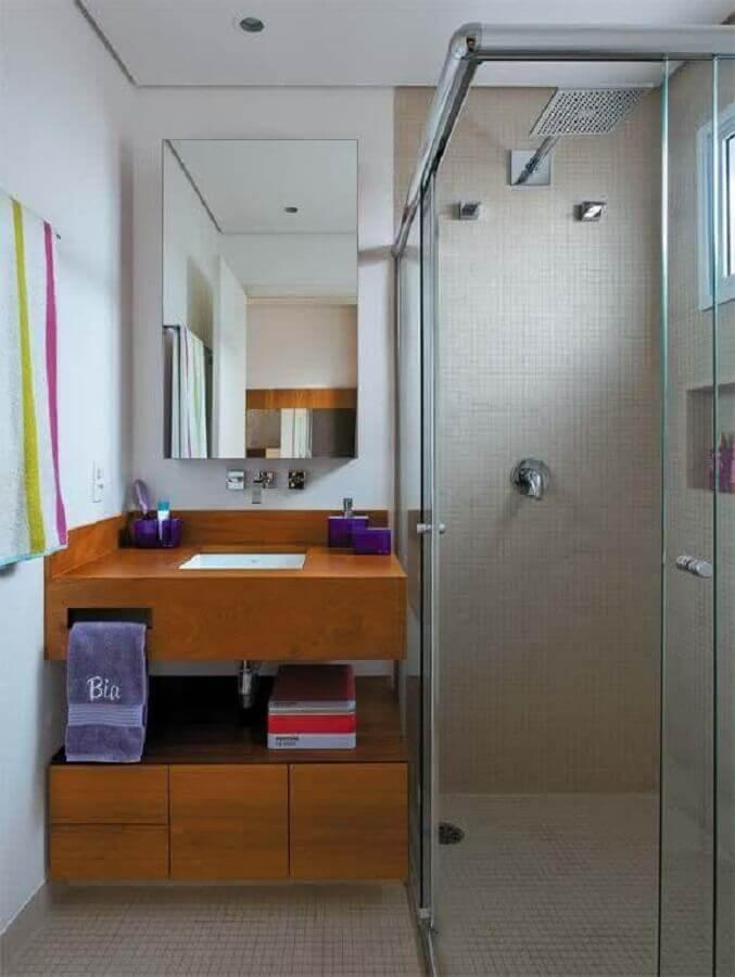 Decoração com bancada de madeira, armário de madeira e espelho.