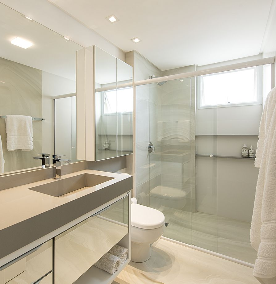 Decoração simples com bancada neutra e armário espelhado.