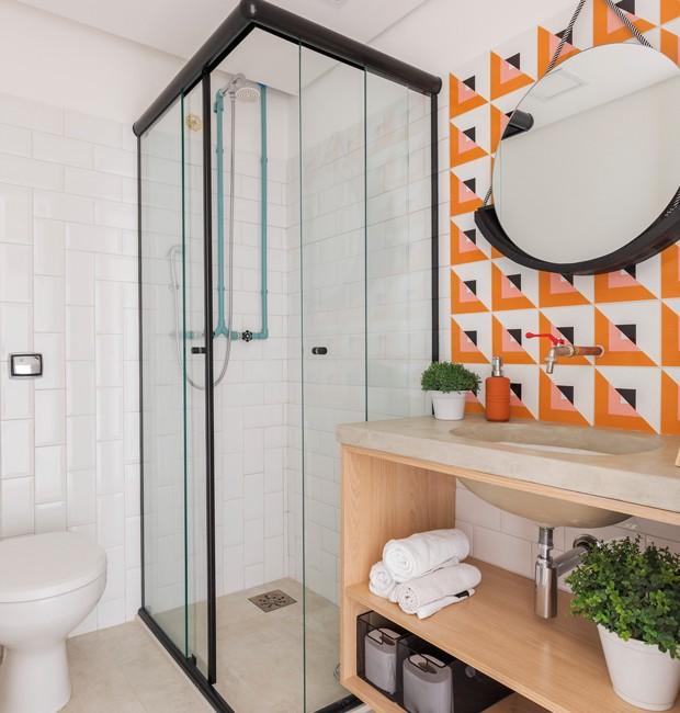 Decoração moderna com armário de madeira e azulejo colorido.