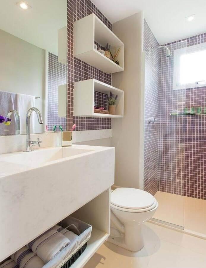 Banheiro pequena com pastilha vermelha.