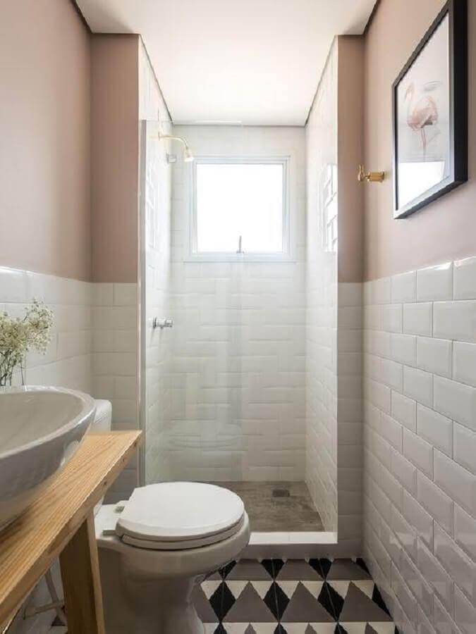 Decoração moderna com azulejo de tijolinho branco e piso com estampa geométrica.