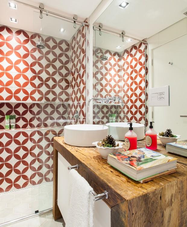 Decoração moderna com armário rústico e azulejo decorado vermelho.