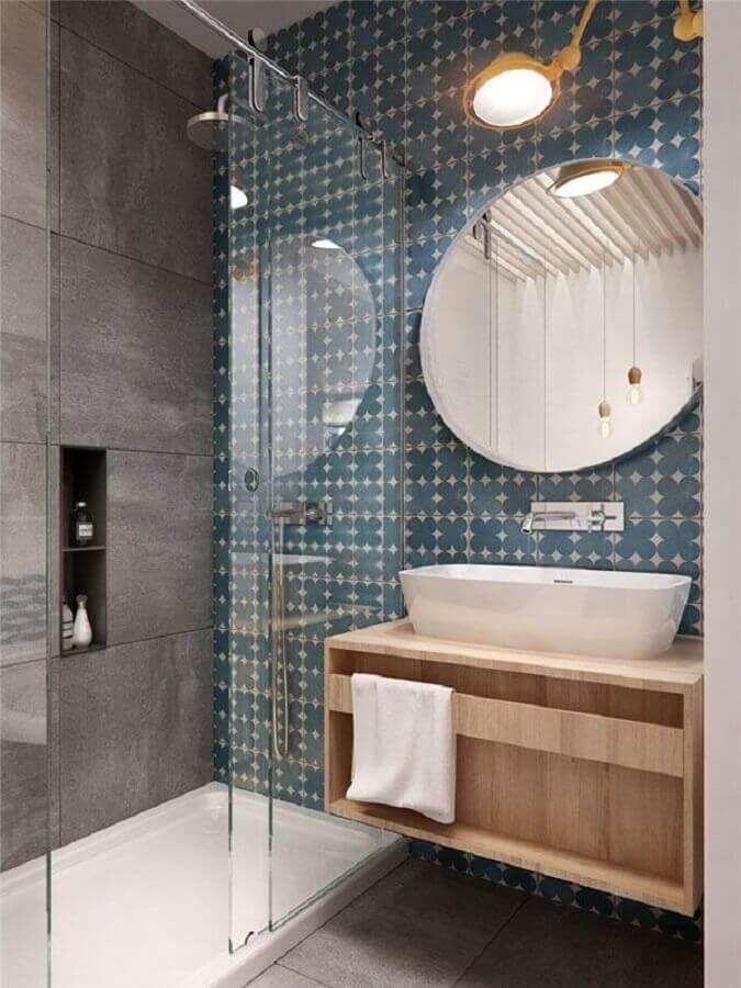 Decoração moderna com azulejo decorado azul e porcelanato de pedra.
