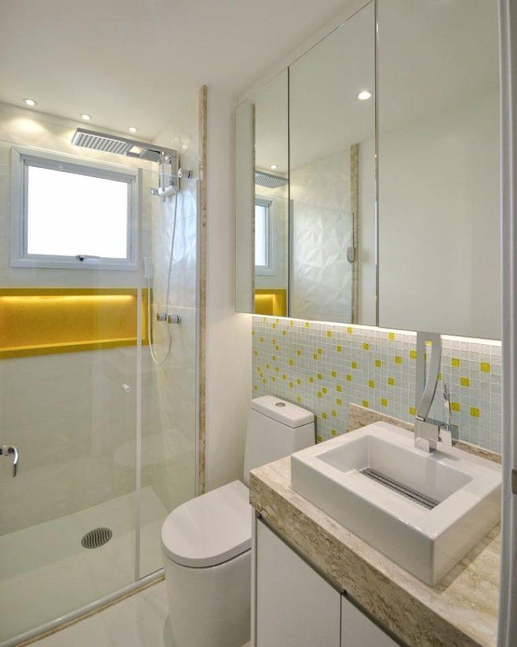 Banheiro pequeno simples com nicho amarelo.