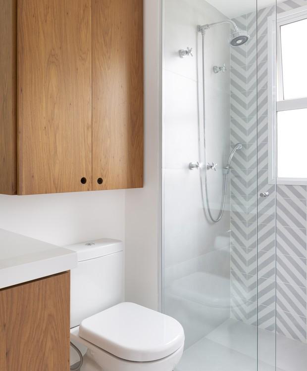 Decoração simples com armário de madeira e azulejo decorado.