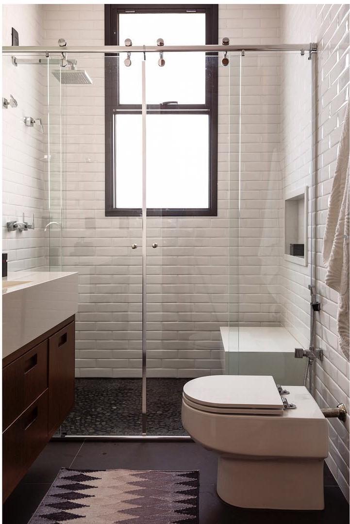 Banheiro pequeno simples com piso preto.