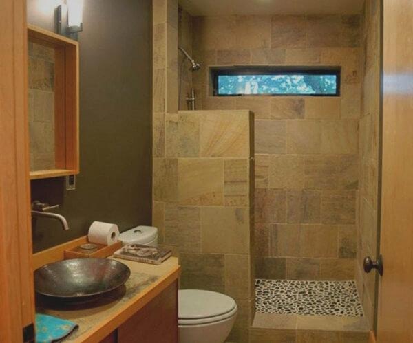 Decoração moderna com armário de madeira e azulejo de pedra.