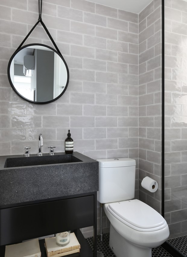 Decoração moderna com cuba preta e azulejo de tijolinho cinza.