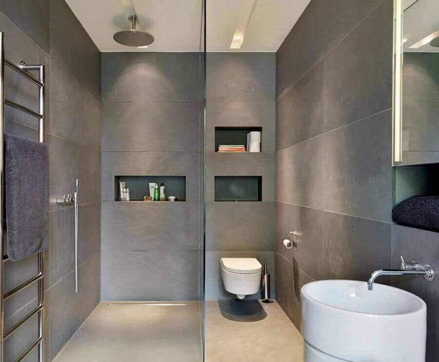 Decoração moderna com azulejo cinza e nichos.