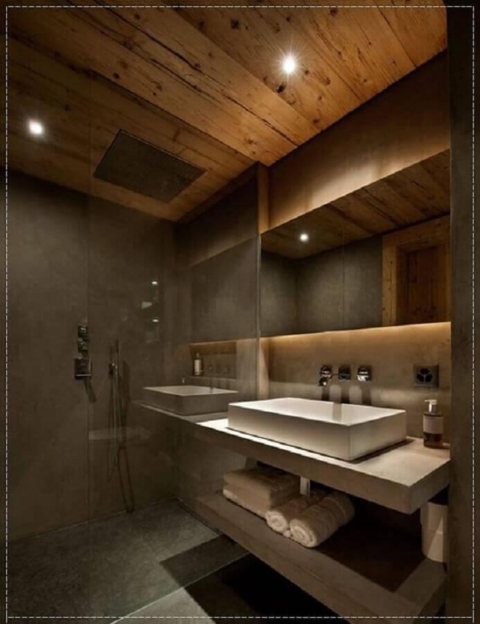 Decoração moderna com prateleiras de madeira, espelho com iluminação e acabamento de madeira.