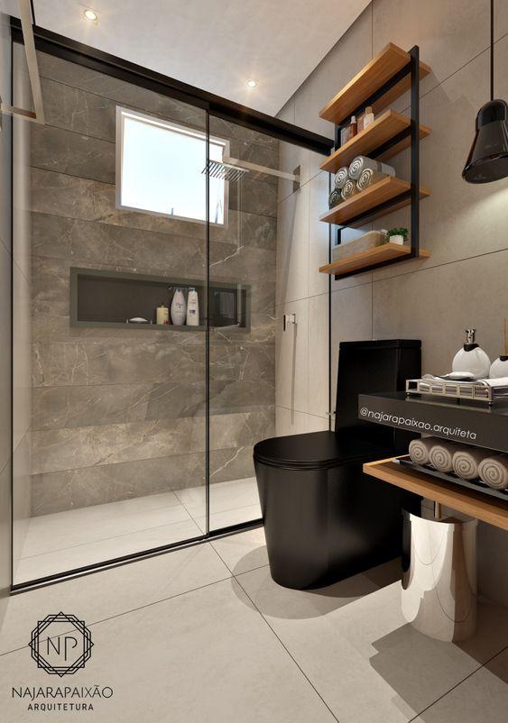 Decoração moderna com vaso sanitário preto e prateleiras de madeira.
