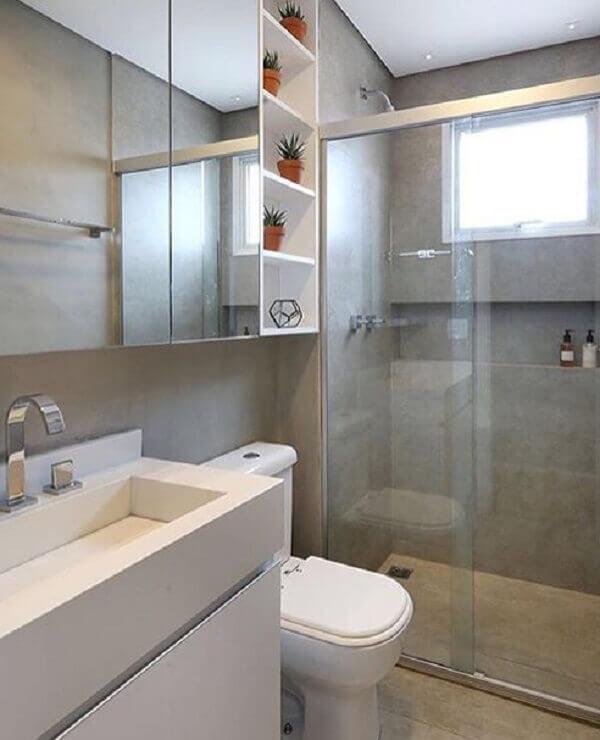 Banheiro pequeno cinza.