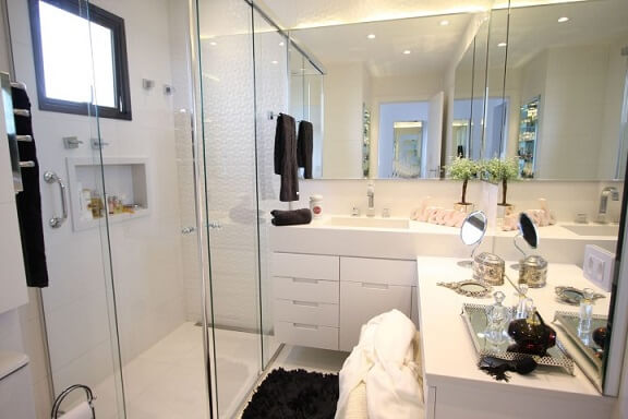 Banheiro pequeno com penteadeira.