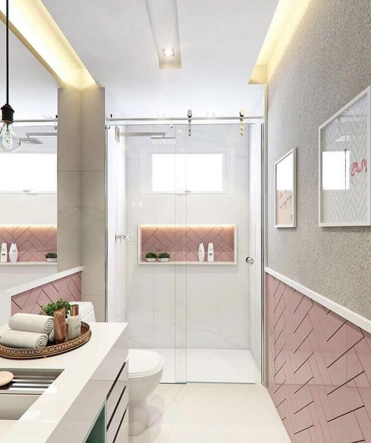 Banheiro pequeno feminino com azulejo de tijolinho rosa.