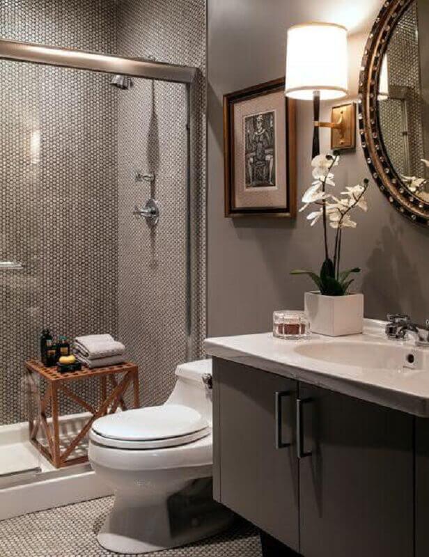 Banheiro pequeno luxuoso cinza.