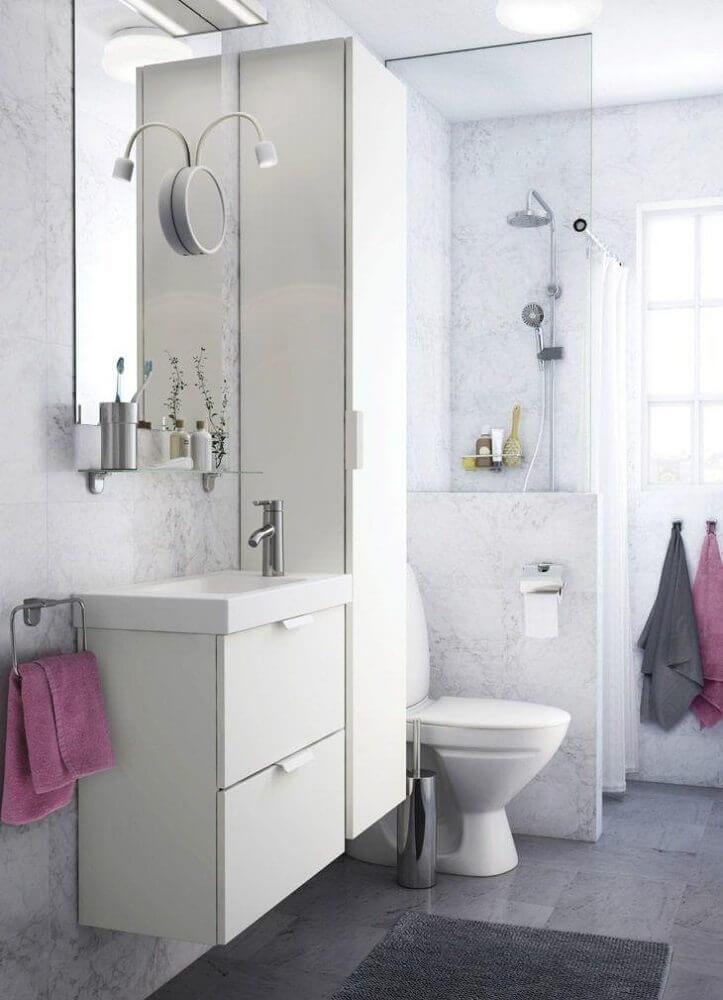 Banheiro pequeno simples com armário branco.