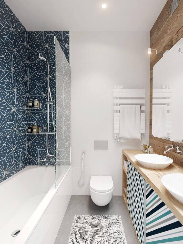 Banheiro pequeno com banheira e azulejo decorado.