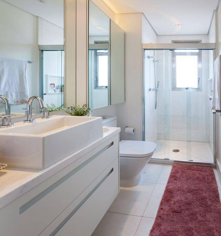 Banheiro pequeno simples branco.