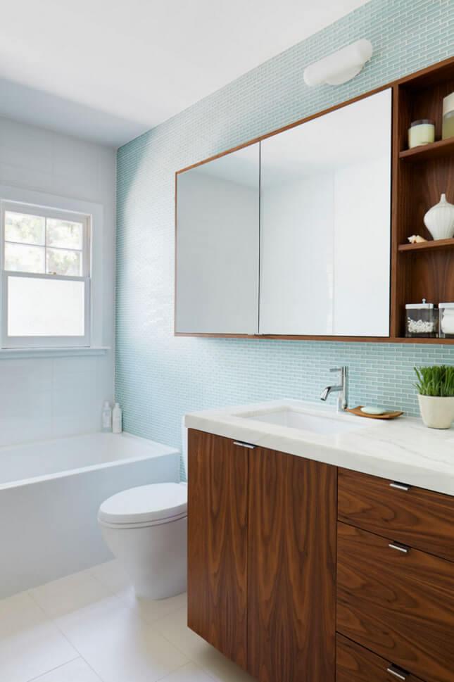 Banheiro pequeno decorado simples com banheira.
