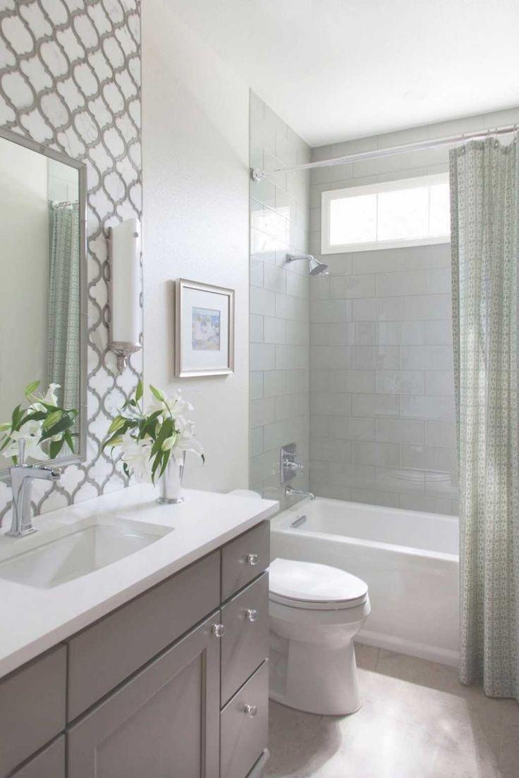 Decoração simples em tons claros com banheira.