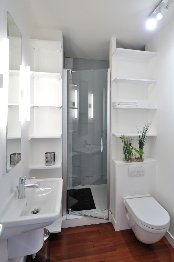 Decoração simples com lavatório branco e prateleiras.