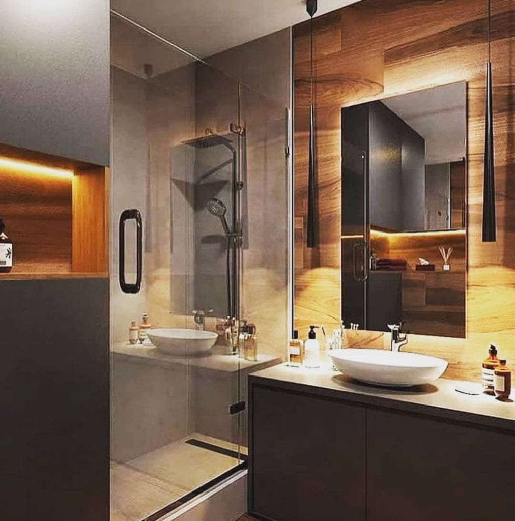 Decoração moderna com acabamento de madeira e armário cinza.