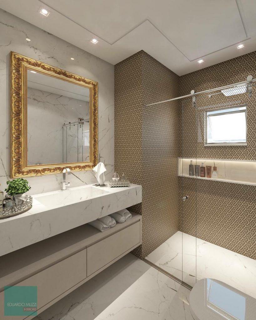 Decoração luxuosa com bancada de mármore e espelho decorado.