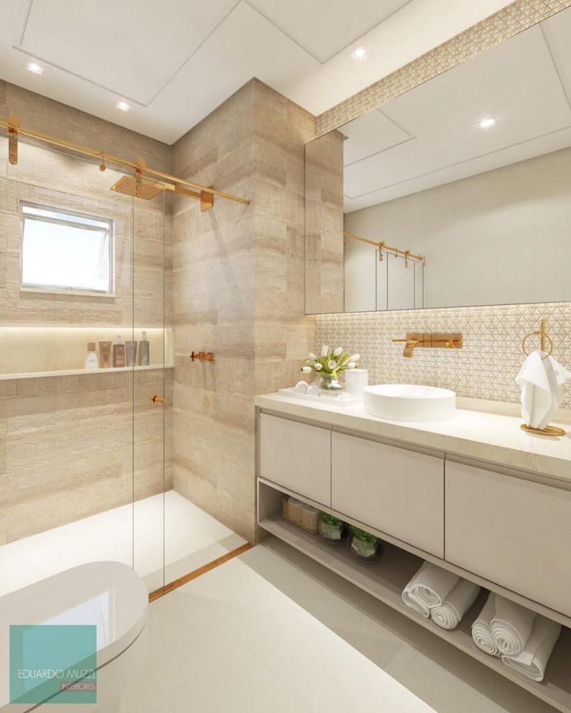Decoração luxuosa com armário branco e detalhes dourados.