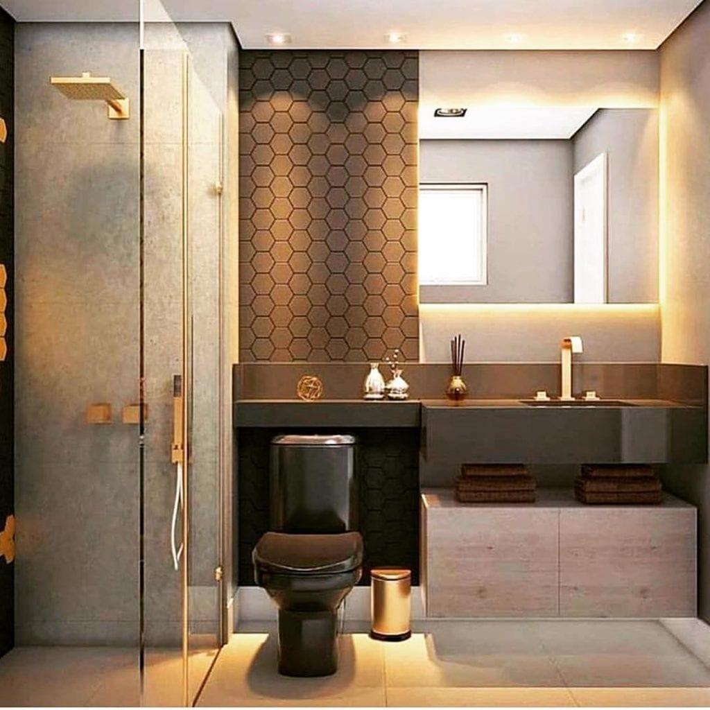 Decoração luxuosa com vaso preto, azulejo preto e armário de madeira.