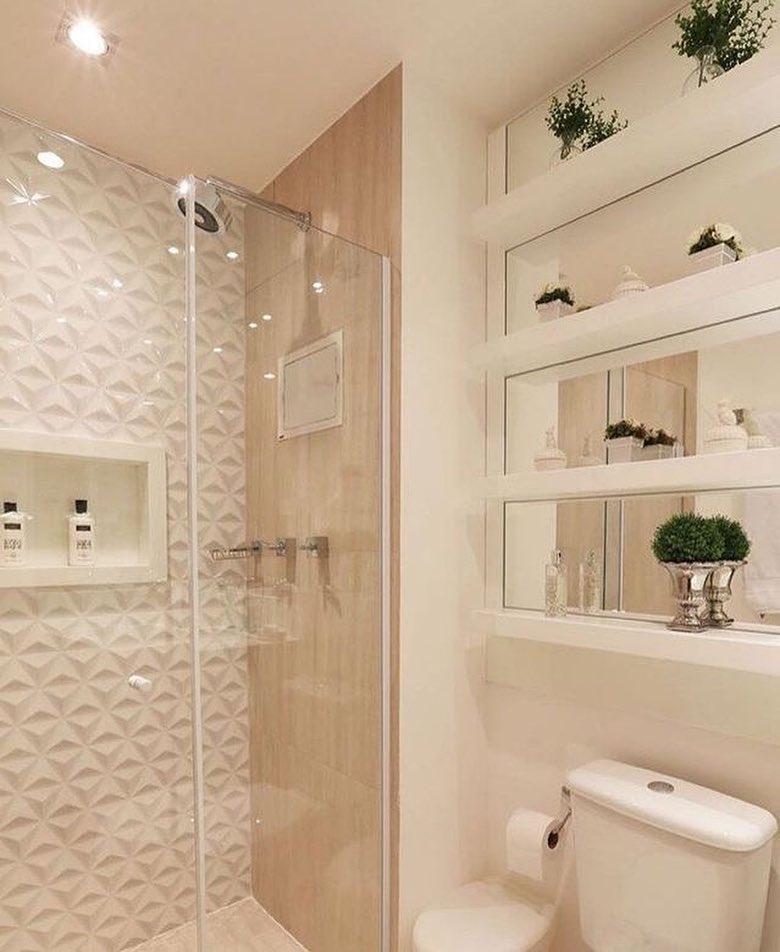 Decoração simples com prateleira e espelhos.