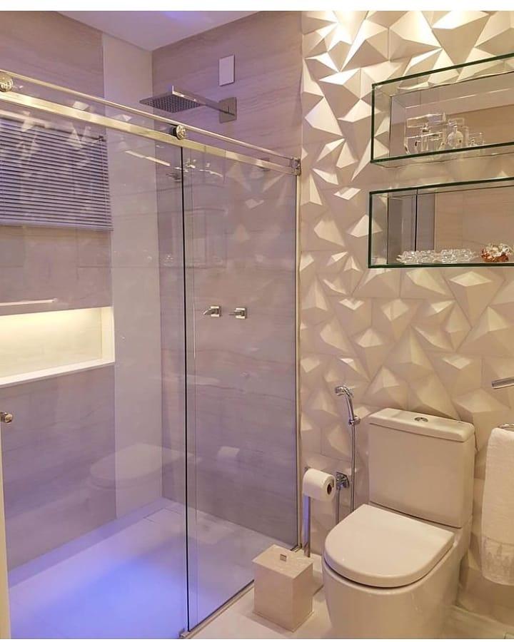 Decoração moderna com nichos de vidro.