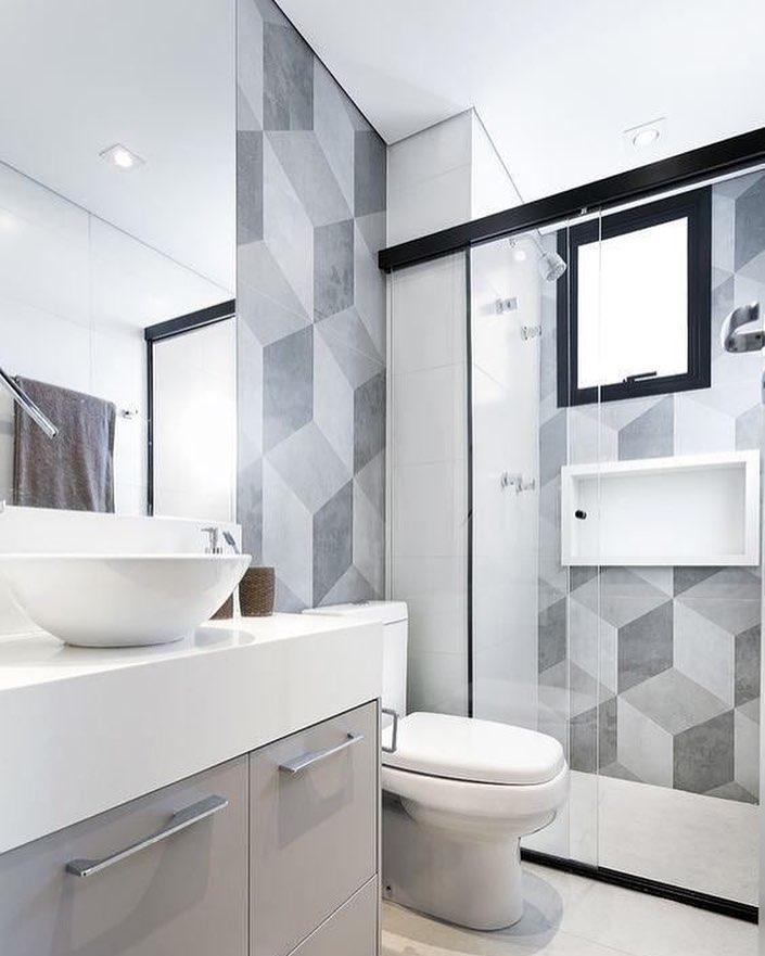 Decoração simples com armário cinza e azulejos geométricos.