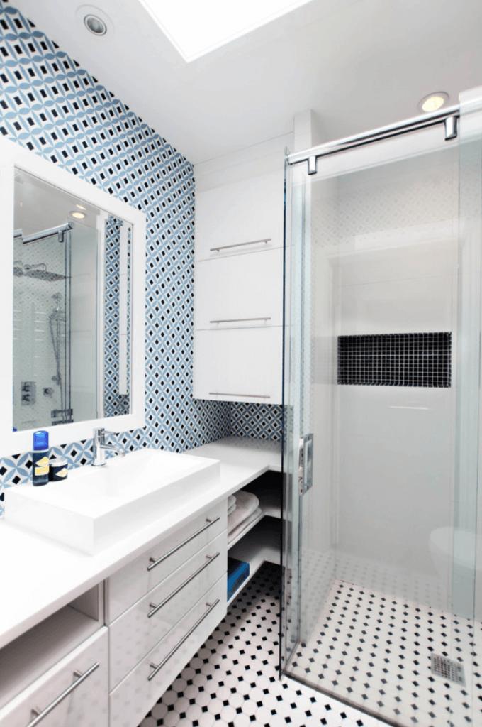 Decoração simples azulejo decorado e piso preto e branco.