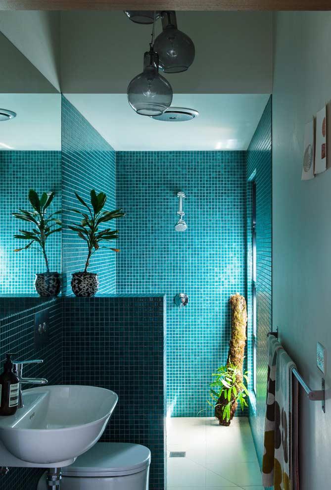 Decoração simples com lavatório e pastilha azul.