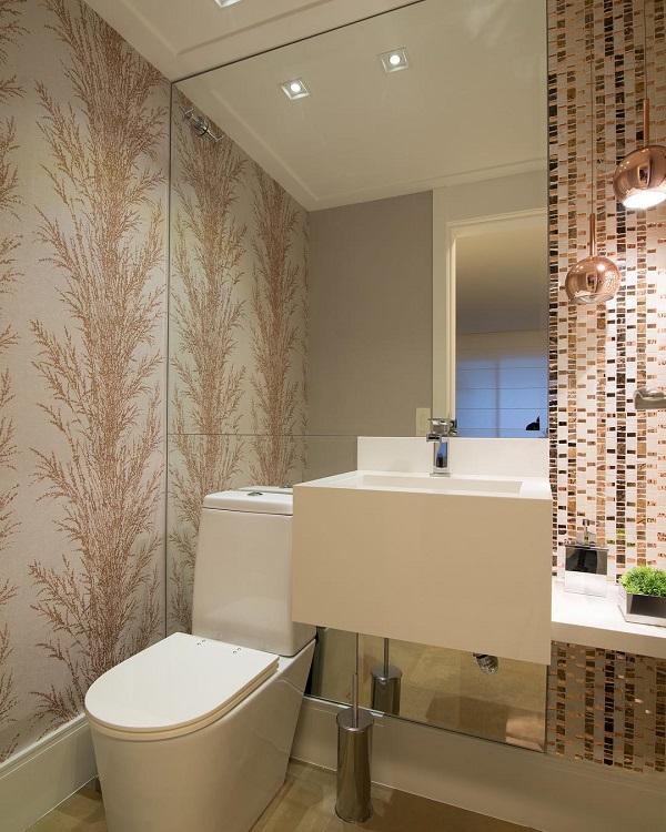 Decoração luxuosa com espelho, papel de parede decorado e lavatório quadrado.