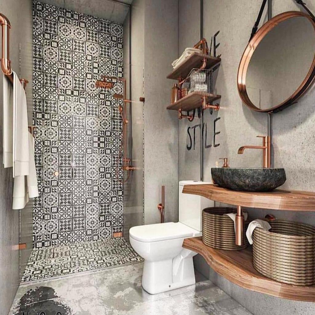 Decoração moderna com azulejo decorado, acabamento de cimento queimado, bancada de madeira e cuba de pedra.