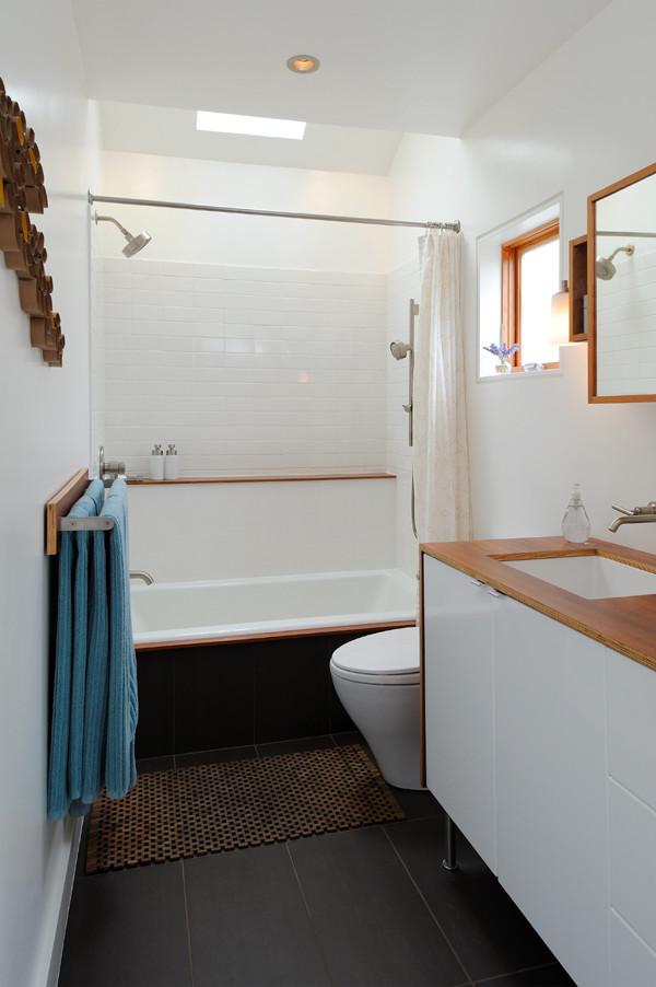 Banheiro pequeno decorado com banheira.