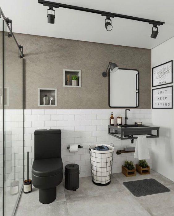 Banheiro pequeno decorado  com cimento queimado e trilho de luz.