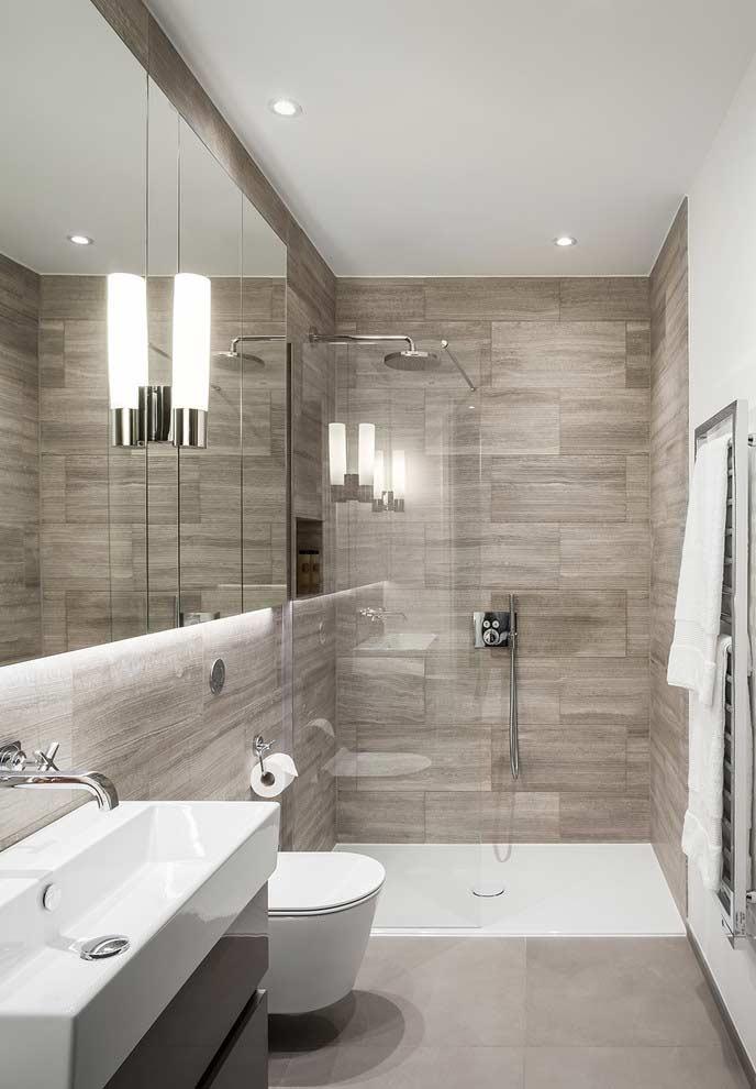 Banheiro pequeno decorado com azulejo de madeira.