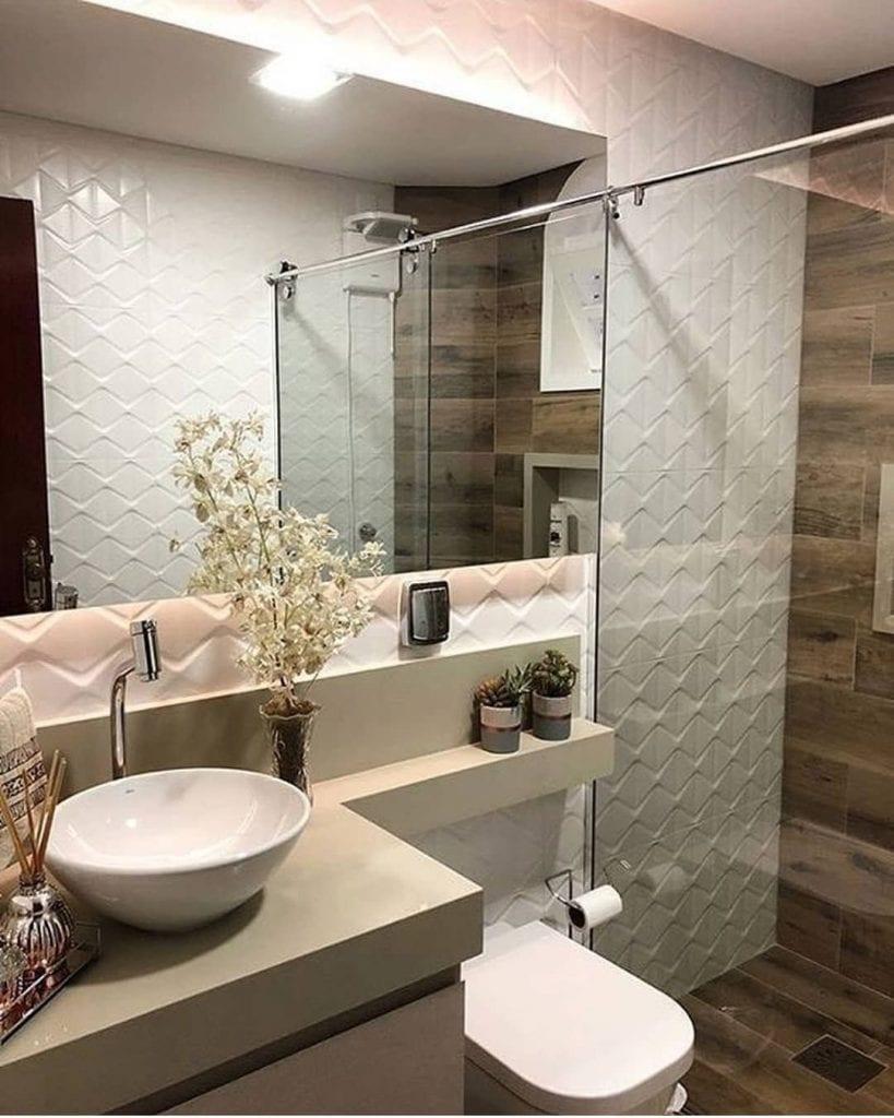 Banheiro pequeno decorado com azulejo com estampa de madeira e fita de led.