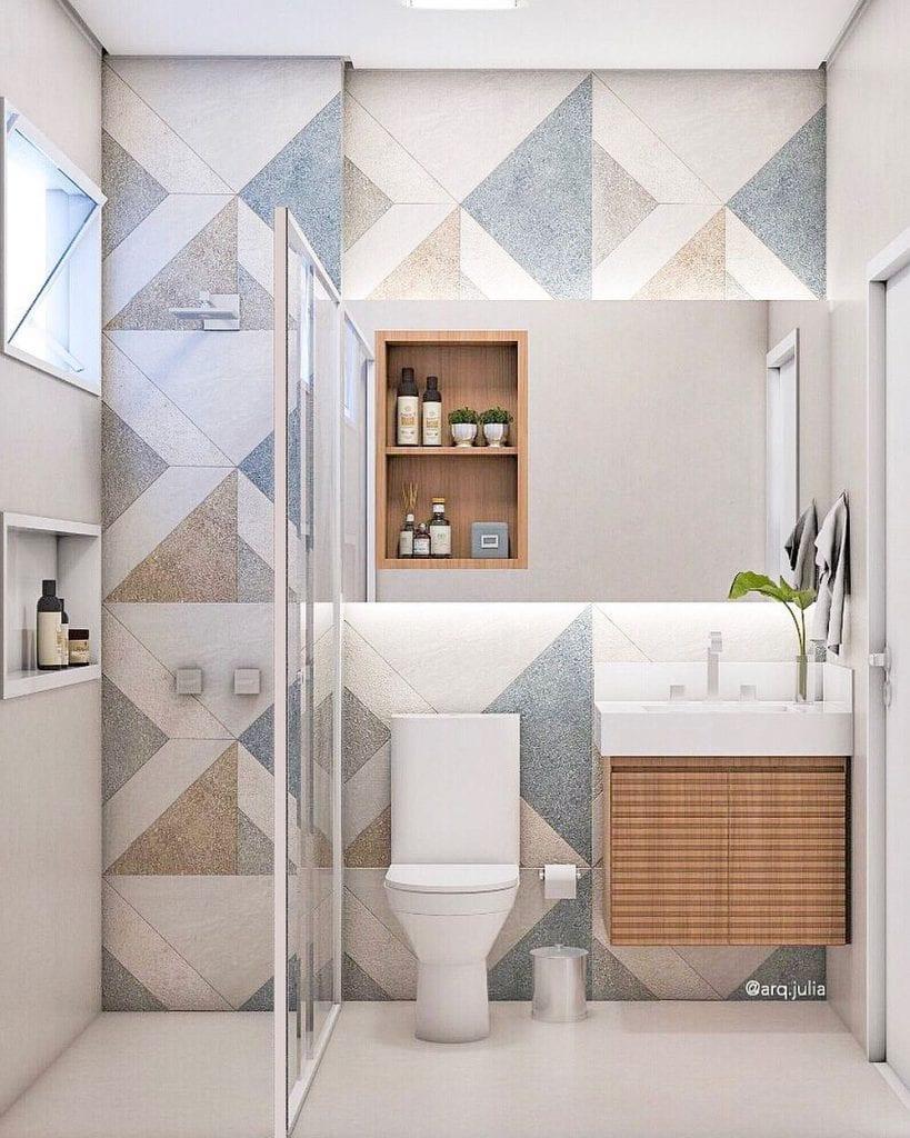 Banheiro pequeno decorado com armário de madeira.