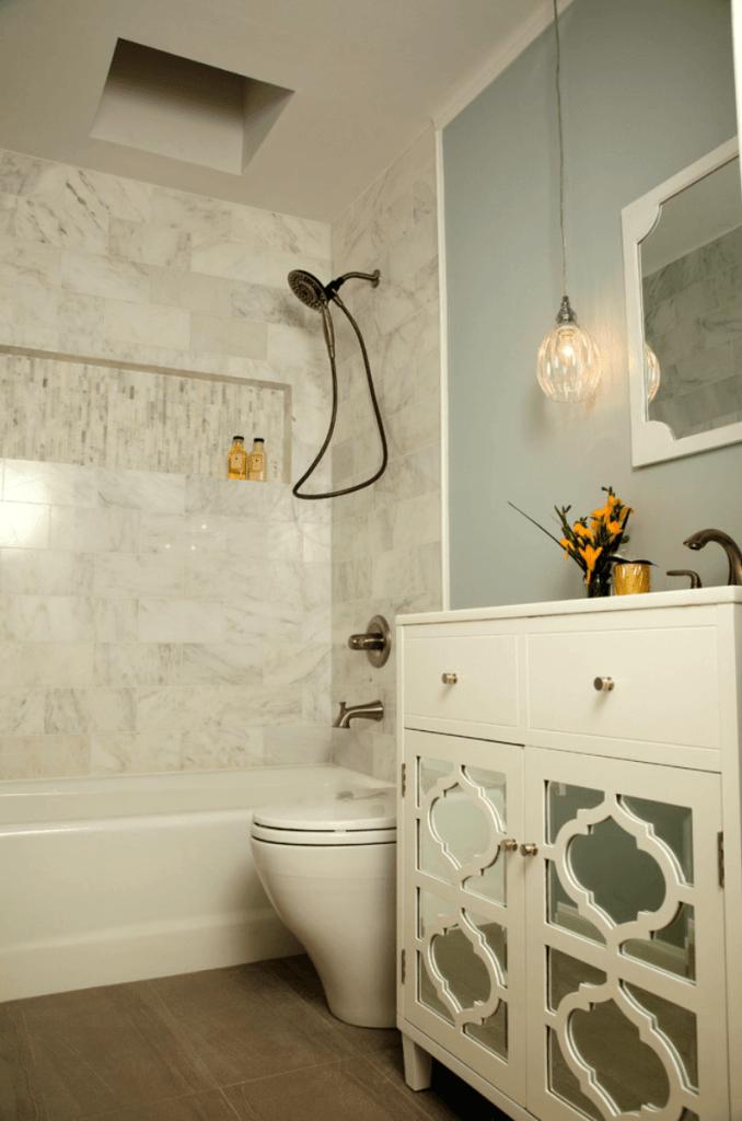 Banheiro pequeno decorado luxuoso.